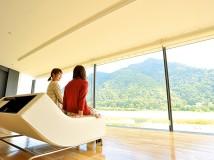 ソファに座って鵜飼の舞台である長良川と、悠々とそびえる金華山を眺められる景観ラウンジ