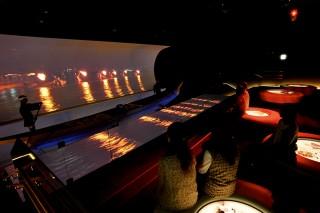 絵巻物型のスクリーンと本物の鵜舟の演出で、鵜飼の臨場感が堪能できるガイダンスシアター