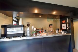 コーヒーや紅茶といったドリンクのほか、ホットサンドなどの軽食も販売しています