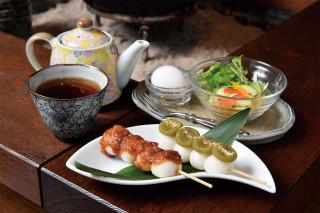 モーニングおだんごset はドリンク代+240円。ほうじ茶 420円(すべて税込)